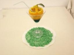 Cocktail alla radice di zenzero presentato su un piatto realizzato in pasta di sale