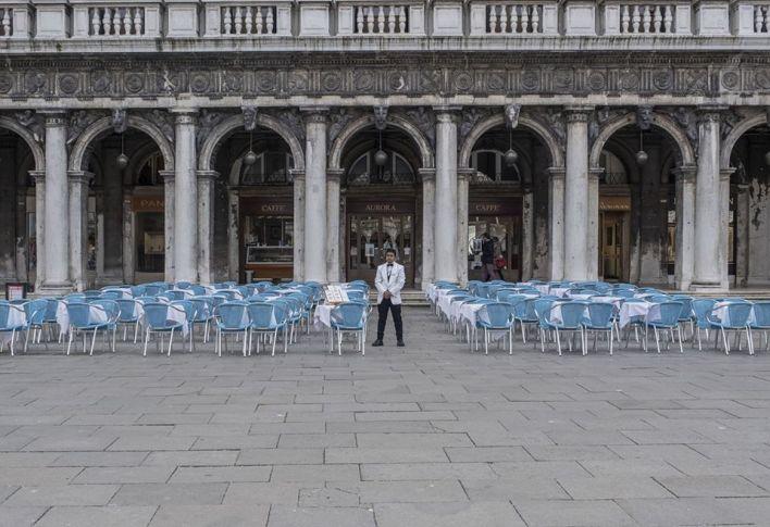 ცარიელ მაგიდებთან ერთად ვენეციაში იტალია — 6 მარტი