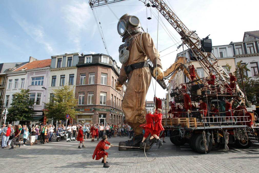 Lilliputians make giant sculptures come to life