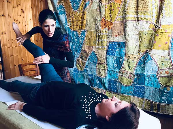 La Naturopata Soili Rainieri esegue un trattamento di kinesiologia ad un socio studente della scuola di naturopatia