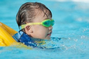 insegnare a nuotare ai bambini