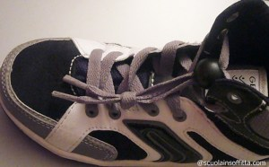 Accorciare le stringhe delle scarpe dei bambini