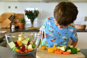 20 Attività Montessori di vita pratica con i travasi