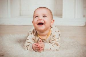 I giochi per neonati sono un grande alleato per aiutare lo sviluppo intellettivo e sensoriale dei bambini. Giocando il bambino sperimenta e impara. Quali sono i giochi più adatti ai neonati? Come scegliere un gioco intelligente e utile senza spendere un capitale? Ecco una lista di giochi per neonati adatti alle varie fasi della crescita, da 0 a 12 mesi.