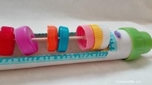 Gioco per neonati fai da te: il tubo dei tappi