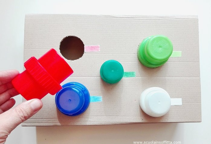 Gioco Montessori di incastri e colori