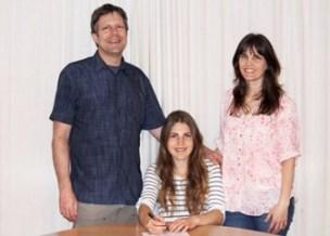 Rachelle Nelson (center)