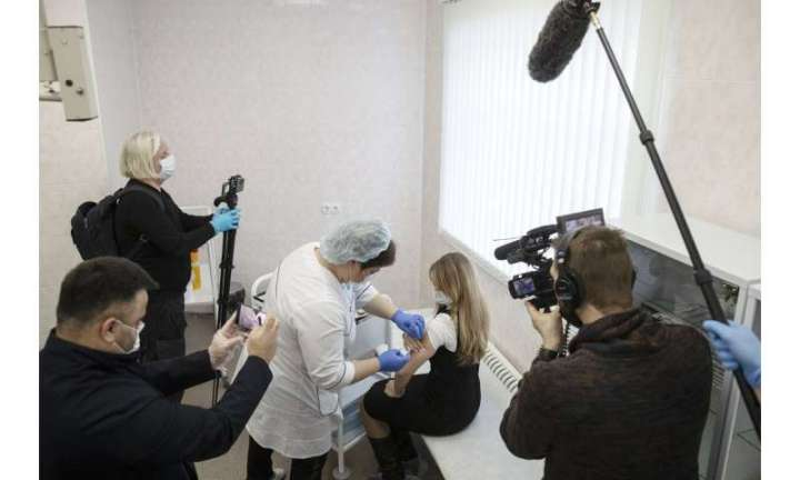 Russia's COVID-19 vaccine rollout draws wary, mixed response