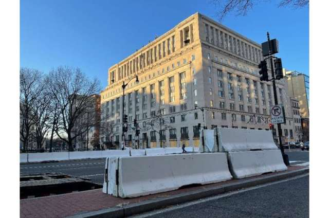 De vastes fermetures de routes sont vues dans une rue près de la Maison Blanche à Washington, DC le 13 janvier 2021, alors que la ville se prépare