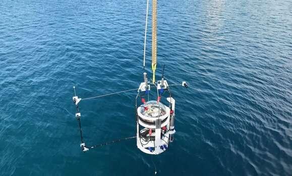 शोधकर्ता स्वायत्त लैंडर को वैश्विक महासागर के सबसे गहरे हिस्से में सफलतापूर्वक तैनात करता है