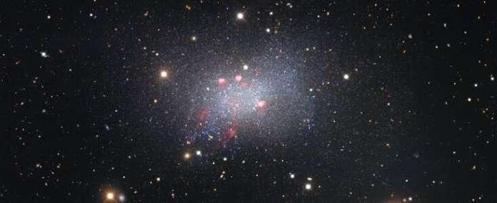 सेक्स्टांस बी बौनी आकाशगंगा की स्टार-स्टड छवि निकट और दूर तक खगोलीय जिज्ञासा दिखाती है