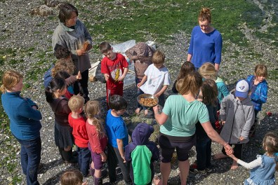 Erika Verlinden's Gr 1-4 Nature Class enjoys Bannock on Fernwood Beach (John Cameron)