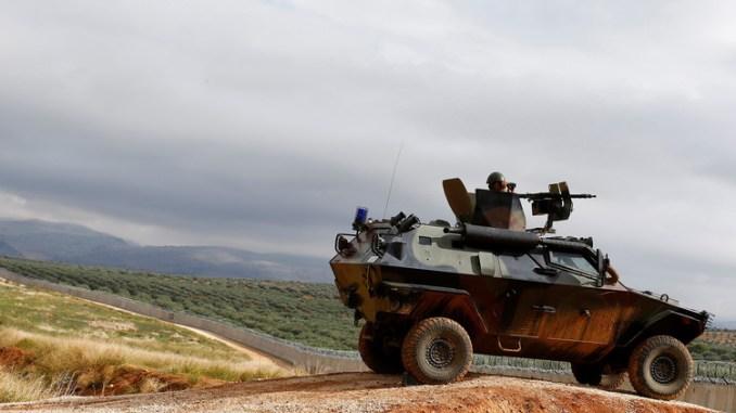 مدرعة تركية قرب الحدود السورية