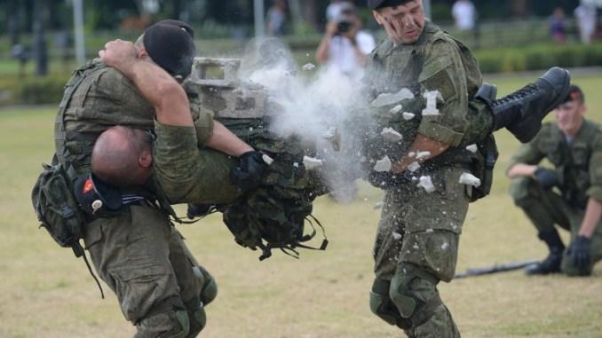 القوات البحرية الروسية تقدم عرضاً (AFP)