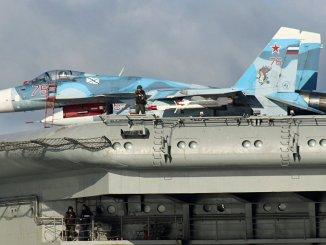 """مقاتلة سو-33 على متن """"الأدميرال كوزنيتسوف"""""""
