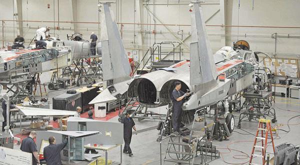 إحدى الطائرات العسكرية التي تتم صيانتها في شركة السلام (الشرق الأوسط)