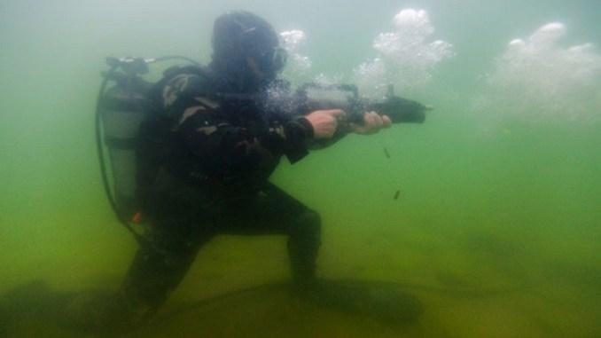 بندقية رشاشة تعمل في الماء