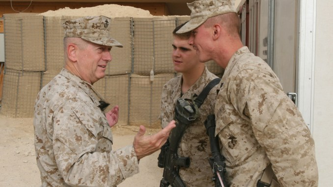 وزير الدفاع الأميركي المقبل جيمس ماتيس مع جنديين أميركيين