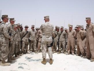 الجنرال جيمس ماتيس مع جنود أميركيين
