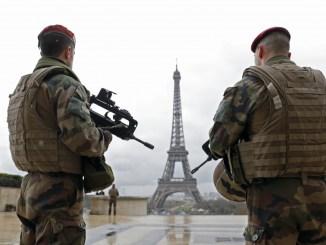 قوات فرنسية تحمي برج إيفل في باريس