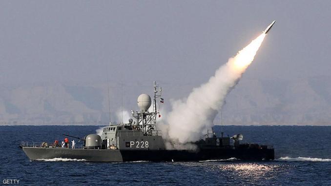 سفينة إيرانية تطلق صاروخ
