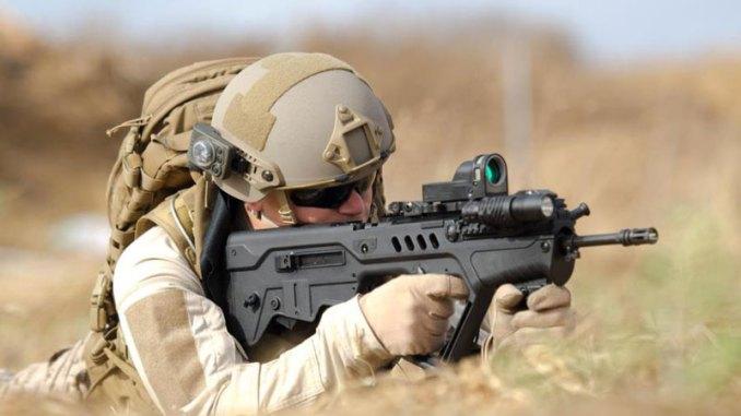 عنصر عسكري يستخدم بندقية متطورة