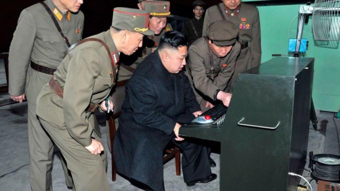 الرئيس الكوري الشمالي مع عدد من الضباط