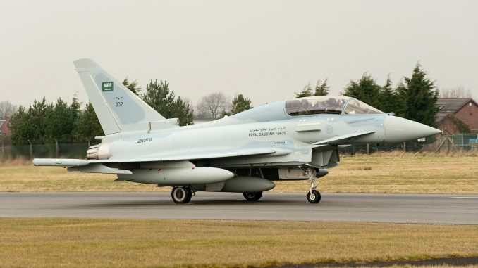 """مقاتلة """"تايفون"""" ذات مقعدين تابعة للقوات الجوية الملكية تتحضر للإقلاع من منشأة وارتن التابعة لشركة BAE Systems إلى السعودية (الصورة: يوروفايتر تايفون)"""