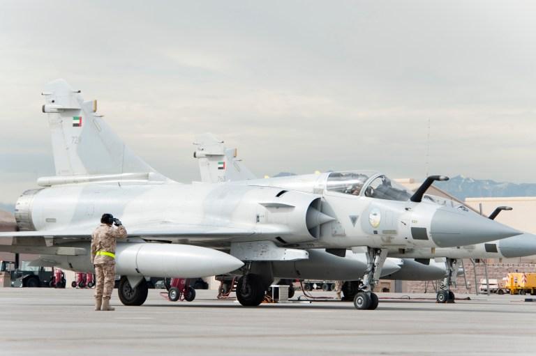 قائد طاقم تابع لسلاح الجو الإماراتي  يحيي السلام على طيّار مقاتلة ميراج 2000-9 قبل أن تقلع من خط طيران قاعدة نليس الجوية في 23 يناير 2013 (سلاح الجو الأميركي)