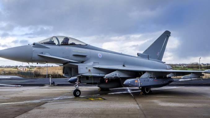 """مقاتلة """"يوروفايتر تايفون"""" بريطانية مزوّدة بصواريخ ستورم شادو على محطات أسلحة أرضية (شركة BAE Systems)"""
