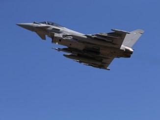 """مقاتلة """"يوروفايتر تايفون"""" تابعة لسلاح الجو البريطاني تنطلق من قاعدة أكروتيري الجوية في قبرص، لبعثة تحالف فوق العراق في 22 أيلول/سبتمبر 2016 (AFP)"""