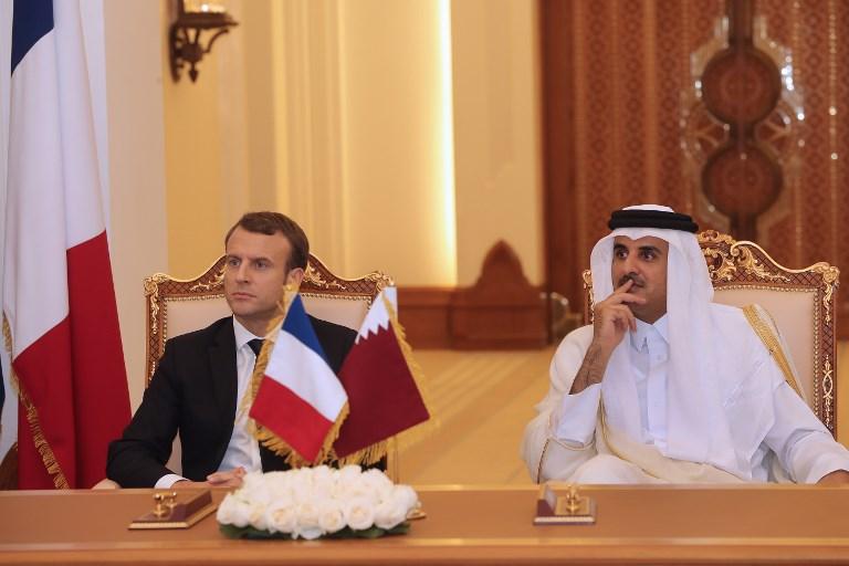 الرئيس الفرنسي إيمانويل ماكرون وأمير قطر الشيخ تميم بن حمد آل ثاني يحضران مراسم توقيع العقود في قطر (AFP)