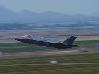 """طيار مقاتلة """"أف-35 أيه لايتنينغ 2"""" من الجناح المقاتل رقم 56 ينطلق من قاعدة """"لوك"""" الجوية في 17 تموز/يوليو 2017 (وزارة الدفاع)"""