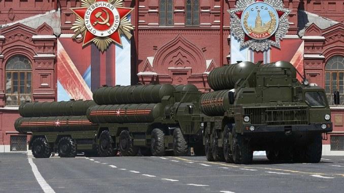 أنظمة أس-400 الروسية في الساحة الحمراء (Red Square) خلال العرض العسكري ليوم النصر في موسكو في 9 أيار/مايو 2016 (رويترز)