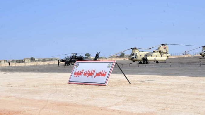 """مروحيات تابعة لسلاح الجو المصري متمركزة في قاعدة """"محمد نجيب"""" التي تم افتتاحها في تموز/يوليو الماضي"""