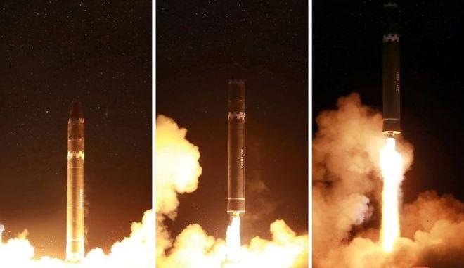 """صورة التقطت في 29 نوفمبر 2017 ونُشرت في 30 نوفمبر 2017 من قبل وكالة الأنباء المركزية الكورية الشمالية الرسمية تظهر عملية إطلاق صاروخ """"هواسونغ-15"""" القادر على الوصول إلى كافة أنحاء الولايات المتحدة (AFP)"""