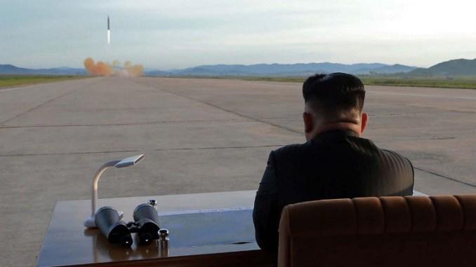 """صورة غير مؤرخة صادرة عن وكالة الأنباء المركزية الكورية الرسمية الكورية الشمالية في 16 أيلول/سبتمبر 2017 تظهر الزعيم الكوري الشمالي كيم جونغ أون يراقب تدريبات إطلاق الصاروخ البالستي الاستراتيجي متوسط وطويل المدى """"هواسونغ –12"""" في مكان مجهول (AFP)"""