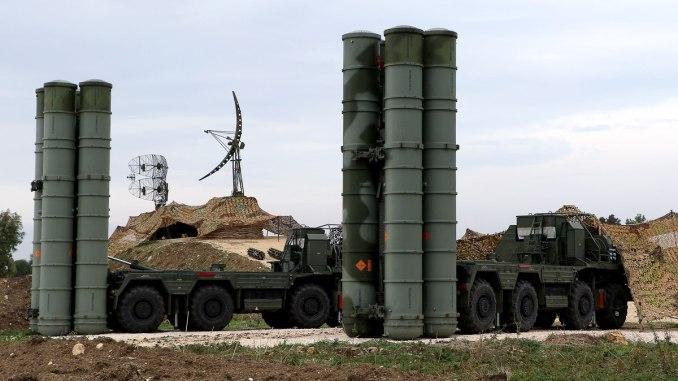 منظومة أس-400 الروسية خلال نشرها في قاعدة حميميم في سوريا (Sputnik)