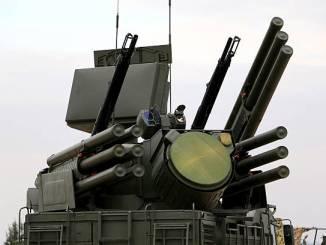 """صورة تُظهر نظام الدفاع الجوي المضاد للطائرات من طراز """"بانتسير-S1"""" الروسي في قاعدة حميميم العسكرية الروسية في محافظة اللاذقية، شمال غرب سوريا، في 16 كانون الأول/ديسمبر 2015 (AFP)"""
