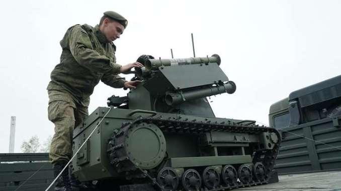 جندي روسي يتفقّد نظام قتال ذاتي محلي الصنع (روسيا اليوم)