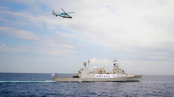 """مروحية """"يوروكوبتر AS565 بانثير"""" تجول فوق فرقاطة """"ساعر 5"""" تابعة للبحرية الإسرائيلية في 19 كانون الثاني/يناير 2011 (قوات الدفاع الاسرائيلية)"""