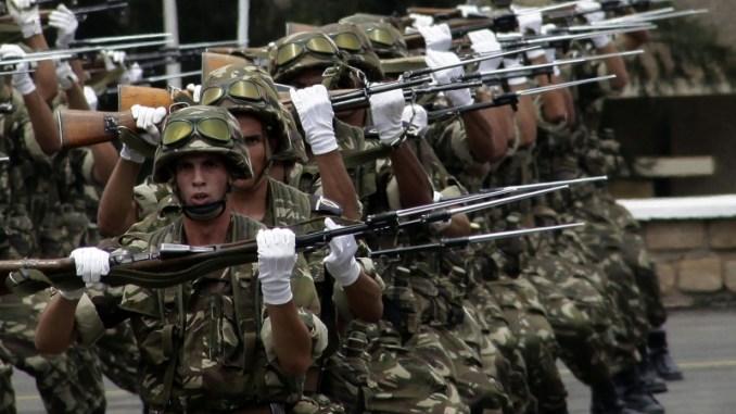 متطوعون من الجيش الجزائري في أكاديمية عسكرية بالقرب من الجزائر العاصمة في حزيران/يونيو 2012 (رويترز / رمزي بودينا)