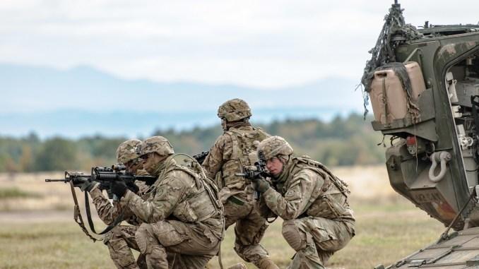 """فوج الفرسان الثاني تابع للجيش الأميركي يُظهر تكتيكات الترجّل خلال تمرين الدرع السلوفاكي 2016 في 13 تشرين الأول/أكتوبر 2016، في منطقة التدريب العسكري """"ليست"""" في جمهورية سلوفاكيا. شارك الجنود الأميركيون في الدرع السلوفاكي كجزء من عملية """"الحل الأطلسي"""" (U.S Army)"""