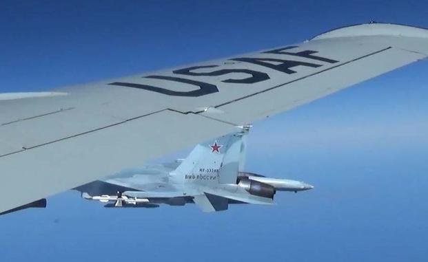 """صورة صادرة عن القيادة الأميركية-الأوروبية (EUCOM) تُظهر طائرة مقاتلة روسية من طراز """"سو-27"""" تم تصويرها من على متن طائرة استطلاع تابعة لسلاح الجو الأميركي في 19 حزيران/يونيو 2017 فوق بحر البلطيق (AFP)"""