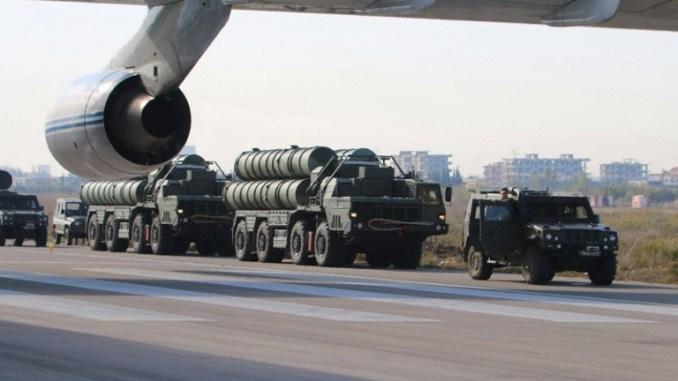 """صورة التي تم الحصول عليها من صفحة الفيسبوك الرسمية لوزارة الدفاع الروسية في 26 تشرين الثاني/نوفمبر 2015 تظهر أنظمة الدفاع الجوي الصاروخي """"أس-400"""" في مطار في قاعدة حميميم الجوية في محافظة اللاذقية السورية (AFP)"""