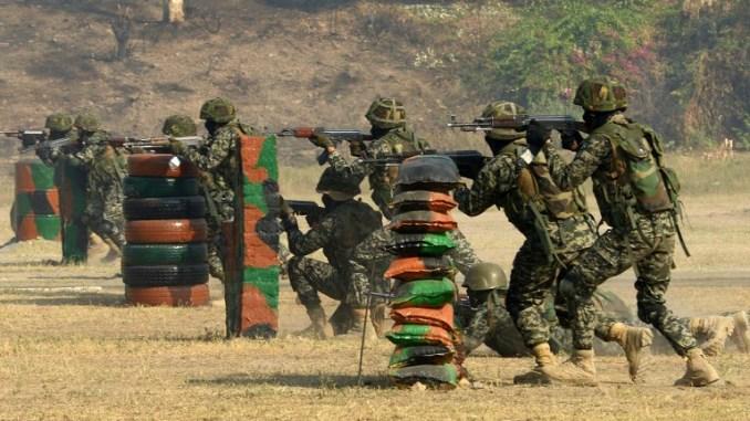"""عناصر من قوات الأمن الحدودية الباكستانية التابعة لمجموعة العمليات الخاصة (SOG) تشارك في التدريبات العسكرية """"فيلق الحدود 53"""" في بيشاور في 19 تشرين الثاني/نوفمبر 2016 (AFP)"""