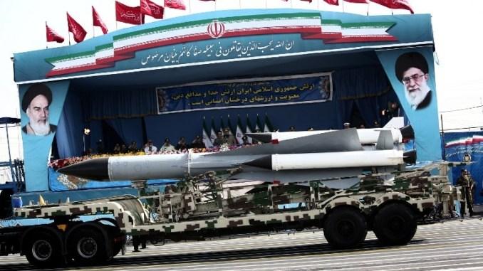 """نظام أرض-جو من نوع """"أس-200"""" (S-200) يمرّ أمام عدد من المسؤولين العسكريين الإيرانيين خلال عيد يوم الجيش في طهران في 18 نيسان/أبريل 2015 (AFP)"""