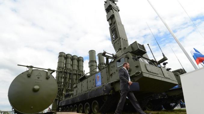 """وحدة قاذفة من نوع 9A83ME خاصة بنظام الصواريخ الروسي """"أنتي-2500"""" (والمسمّى من قبل الناتو بـSA-23 Galdiator/Giant)، خلال معرض """"ماكس-2013"""" الدولي خارج موسكو في 27 آب/أغسطس 2013 (AFP)"""