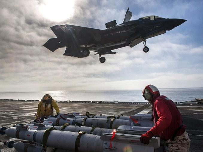 """بحارة أميركيون معنيّون بتزويد قنابل GBU-12 Paveway II Plus الموجهة بالليزر على مقاتلات """"أف-35بي"""" خلال عمليات اختبار الطيران في المحيط الهادئ في 5 تشرين الثاني/نوفمبر 2016 (البحرية الأميركية/شركة لوكهيد مارتن)"""