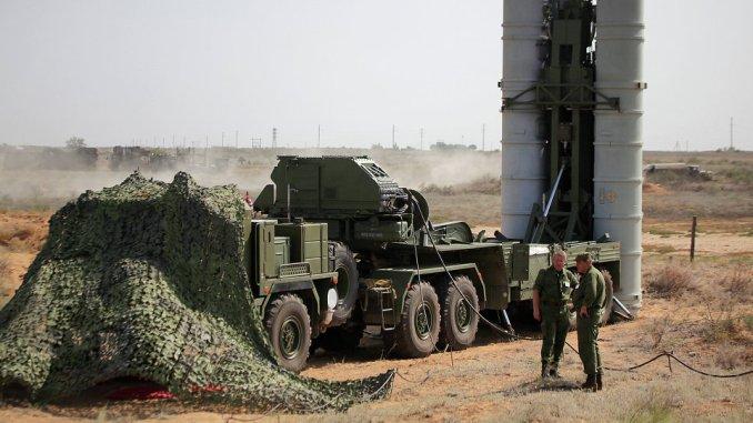 """عناصر من قوات الدفاع الجوي الروسية يُعدّون نظام الدفاع الجوي """"أس-400"""" لعملية إطلاق في منطقة الاختبارات في أشولوك خلال تدريبات تكتيكية (وكالة سبوتنيك)"""